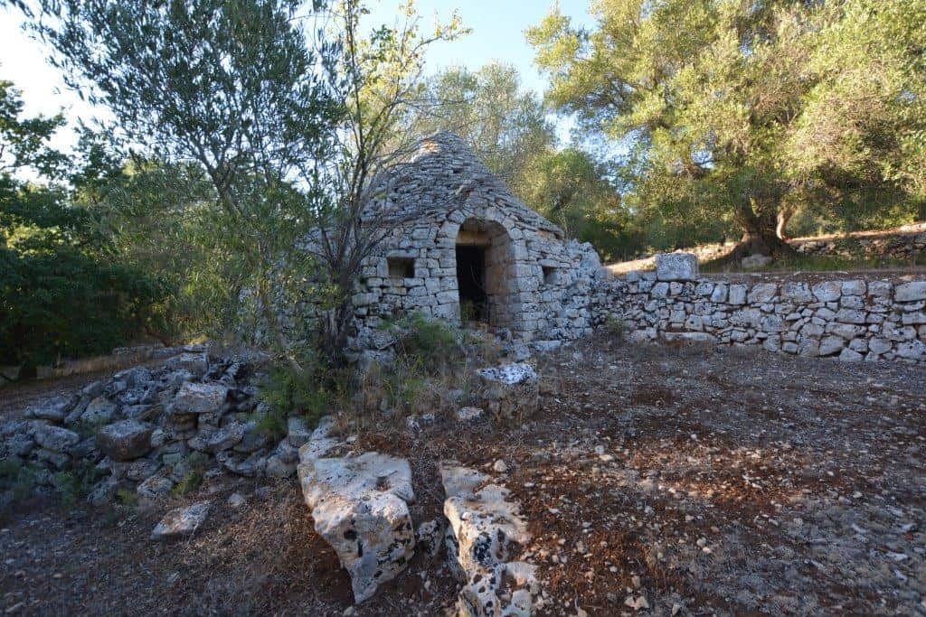 Trullo with 6,000 sq. metres of land