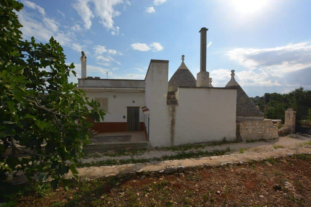 Trulli and villa with land