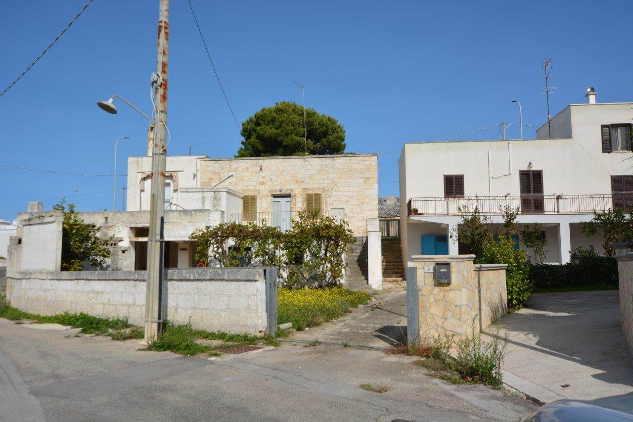 Detached house with small garden, near Cisternino