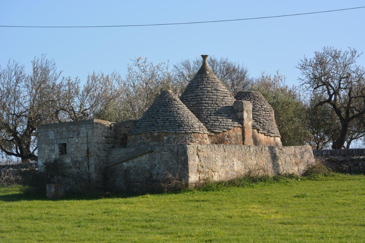 Small complex of trullo with panoramic view and land of 10,000 Sqmts.